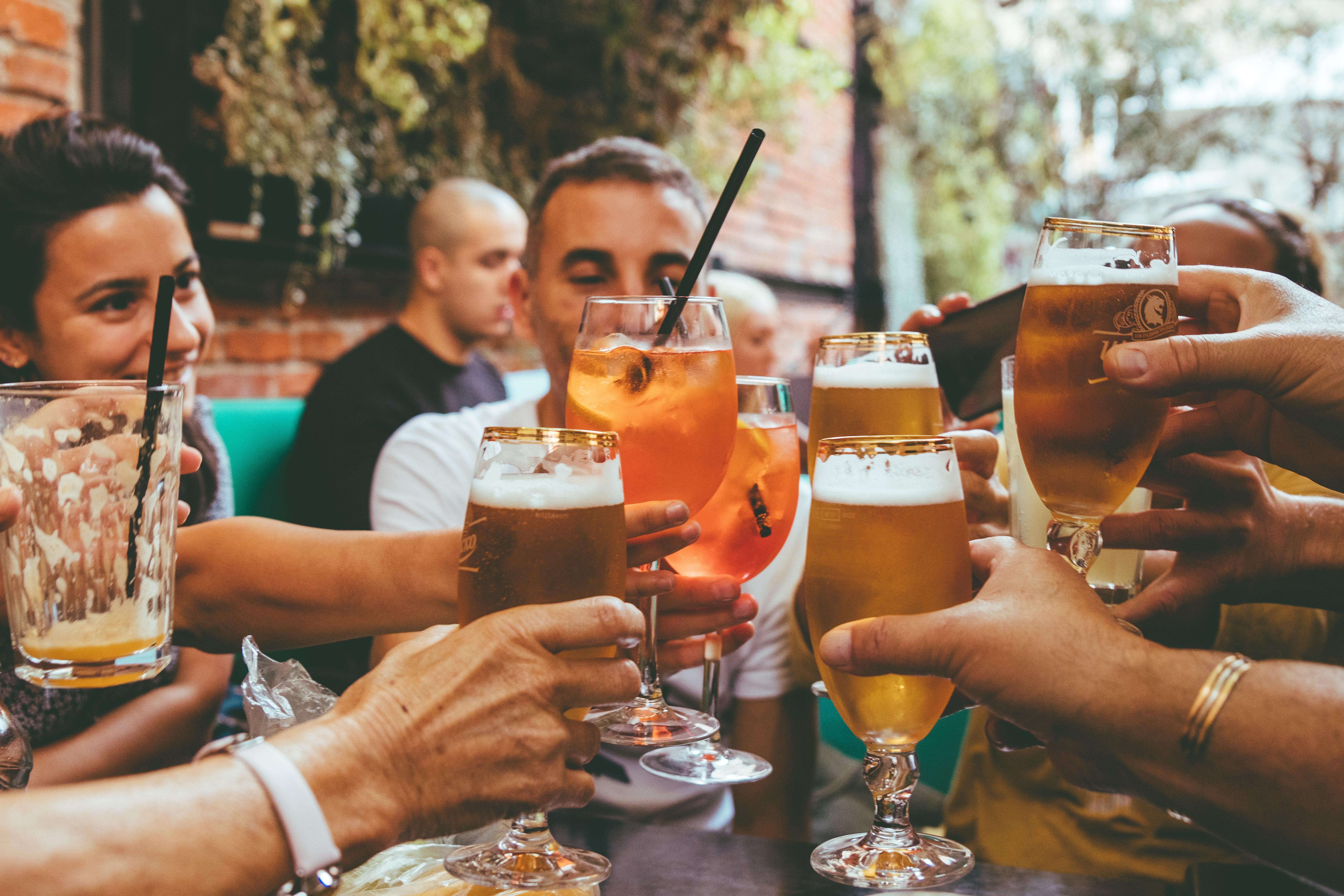 After-Work-Drink mit Kollegen? Spaß für die einen, lästige Pflicht für die meisten